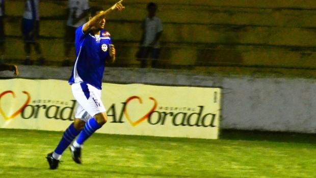 O atacante Preto, do São José Esporte Clube, comemora gol sobre o São Carlos (Foto: Tião Martins/São José E.C)