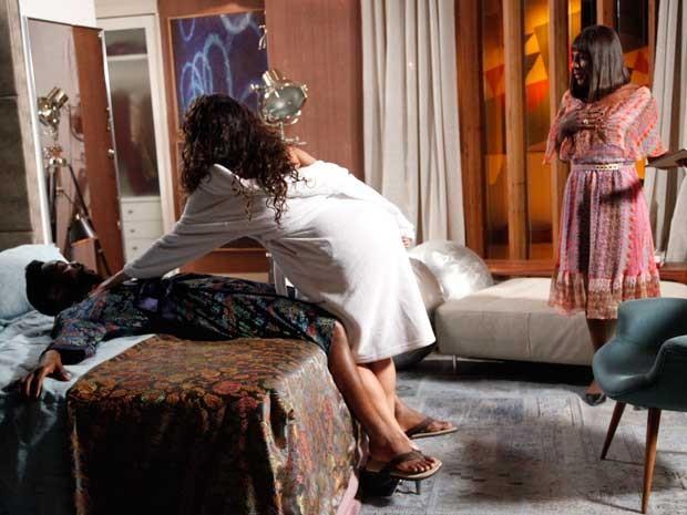 Dorothy flagra os dois, mas entende tudo errado (Foto: Raphael Dias/TV Globo)