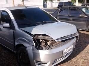 Carro usado pelos suspeitos durante roubo em motel (Foto: Maiara Barbosa/G1)