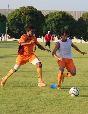 Esquerdinha treina em base titular em treino tático (Foto: Emanuele Madeira/GloboEsporte.com)