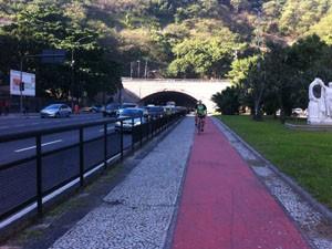 Ciclistas reclamam da segurança dentro do Túnel Novo. (Foto: Mariucha Machado/G1)