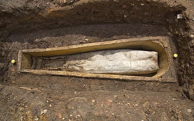 Visão longitudinal do novo caixão encontrado em estacionamento (Foto: Universidade de Leicester)
