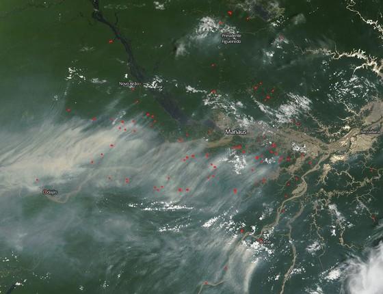 Imagem de satélite da Nasa mostra fumaça causada por incêndios no Amazonas. Os pontos vermelhos representam os focos de incêndio. Foto foi feita no dia 5 de outubro (Foto: NASA Worldview)