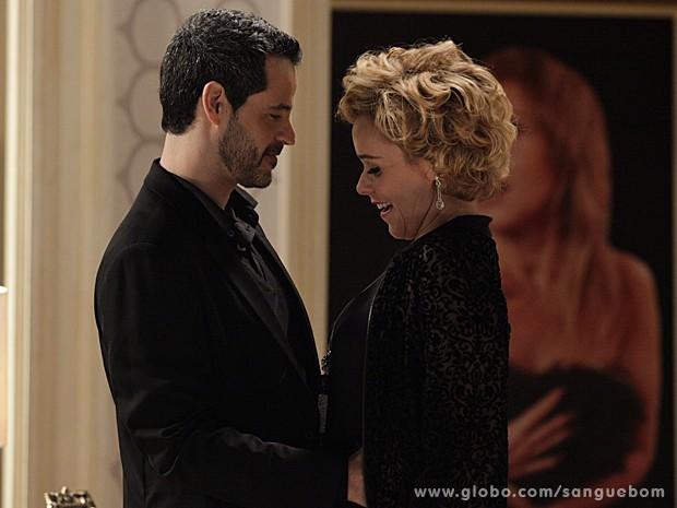 Cheios de charme, Bárbara e Natan selam parceria no cinema (Foto: Sangue Bom/TV Globo)