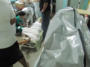 Paciente recebe atendimento chão ao  lado de paciente morto, sobre a maca (Foto: Conselho de Enfermagem de Rondônia / Divulgação)