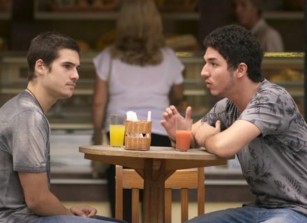 Zac fica com ciúmes de Yasmin ao saber que ela saiu com Tiago