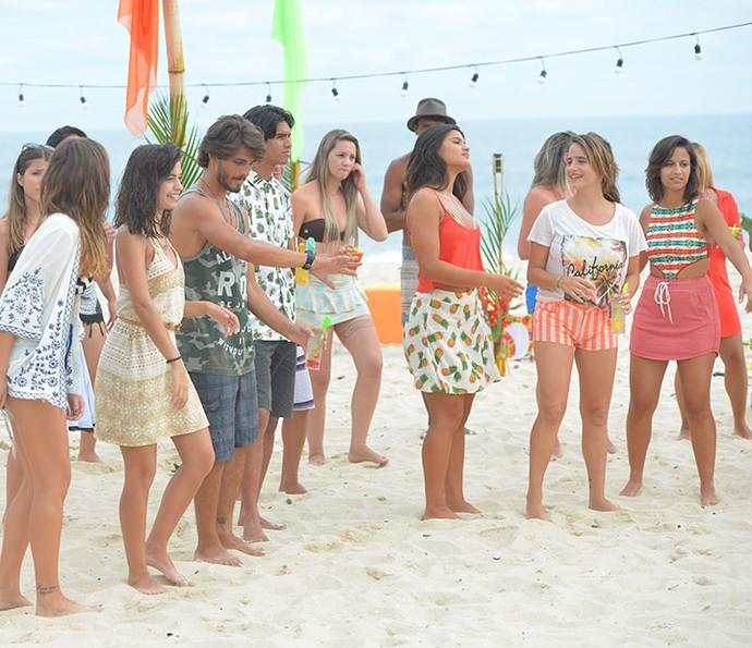 O elenco investiu no look praia para a gravação! (Foto: Pedro Carrilho/Gshow)