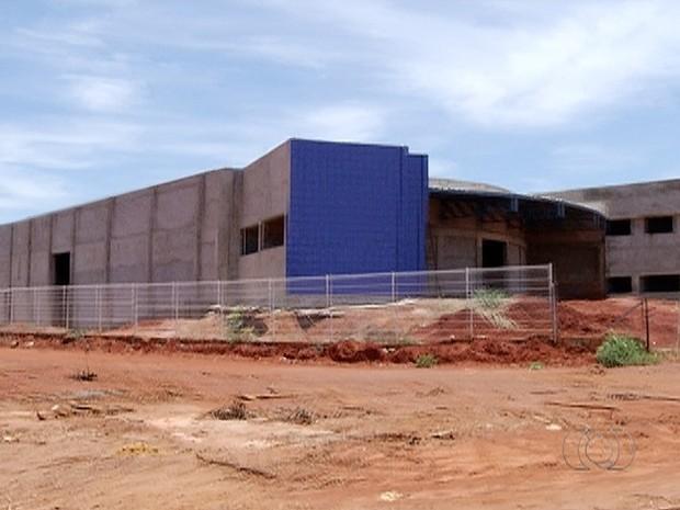 Obra de escola parada em Palmas (Foto: Reprodução/TV Anhanguera)
