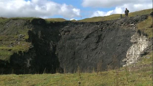 O dono do terreno disse que o buraco passou de 5m a 15m em apenas três horas e continuou a crescer (Foto: BBC)