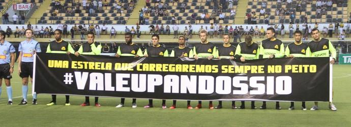 Criciúma homenagem Alexandre (Foto: Fernando Ribeiro / Criciúma EC)