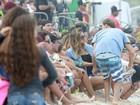 Sasha assiste ao Circuito Mundial de Surfe no Rio no meio da galera