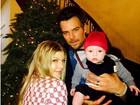 Em clima natalino, Fergie publica foto ao lado de Josh Duhamel e do filho