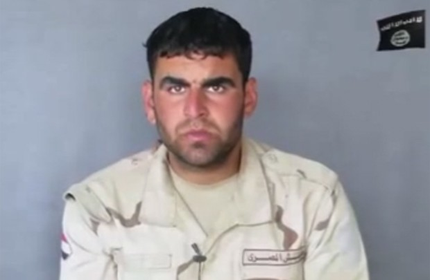 Soldado egípcio Ahmed Fathy Abou Al Fotouh Salam aparece em vídeo divulgado pelo Estado Islâmico, pouco antes de ser fuzilado (Foto: Reprodução/YouTube)