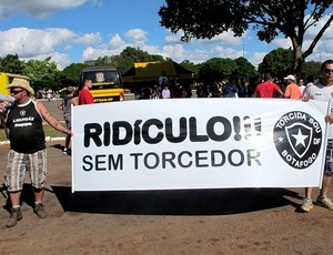 torcida Mané Garrincha estádio jogo (Foto: Marcelo Baltar)