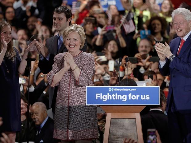 Hillary Clinton comemora sua vitória em NY ao lado do marido, o ex-presidente Bill Clinton, e da filha, Chelsea (Foto: Reuters/Mike Segar)