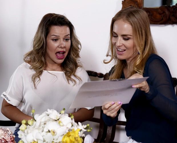 Angélica mostra modelo de convite para Fernanda Souza (Foto: Inácio Moraes / TV Globo)