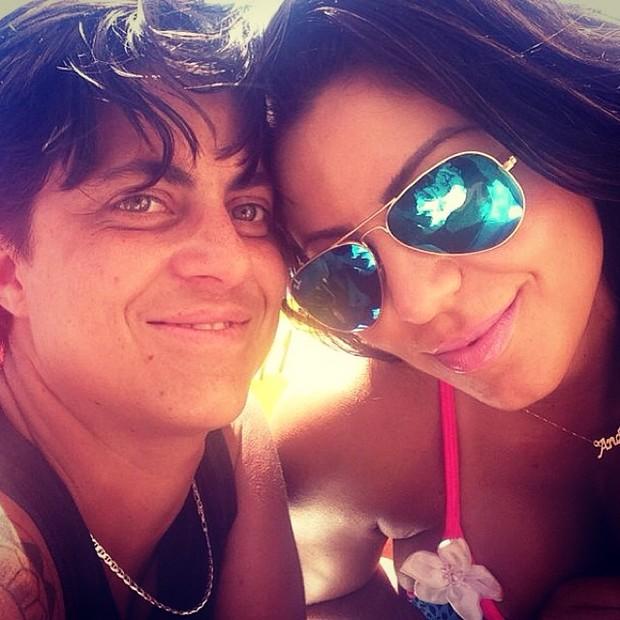 Thammy Miranda e namorada, Andressa Ferreira na praia (Foto: Instagram / Reprodução)
