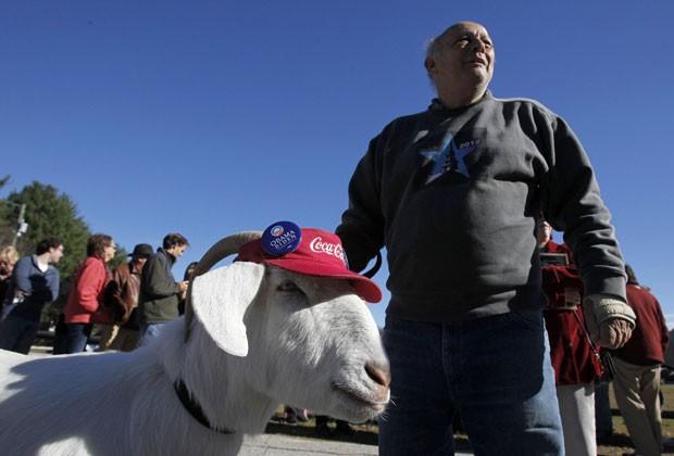 Bode chamado Izak foi levado por seu dono para evento pró-Obama neste domingo (40 (Foto: Reuters)