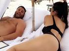Kourtney Kardashian mostra bumbum durante tarde na praia