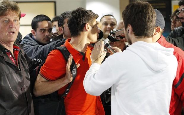alex meia inter internacional desembarque chegada aeroporto porto alegre (Foto: Diego Guichard/Globoesporte.com)