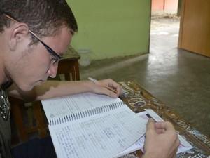 Bruno de Souza de Nazaré, de 19 anos, está no 3º ano do ensino médio na escola Carmelita do Carmo, em Macapá (Foto: Abinoan Santiago/G1)