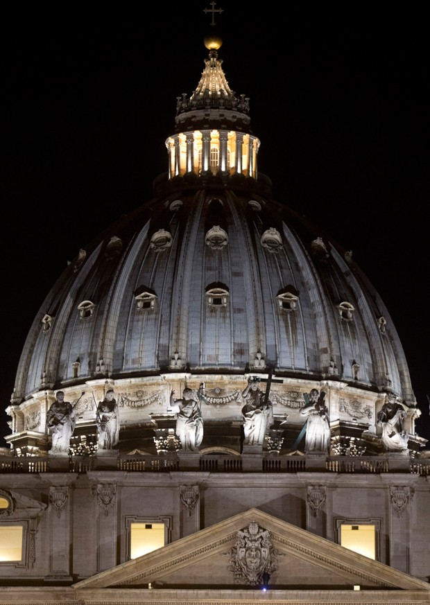 Pela quinta vez, o empresário Marcello di Finizio sobe na Basílica de São Pedro, no Vaticano (Foto: AP Foto/Alessandra Tarantino)