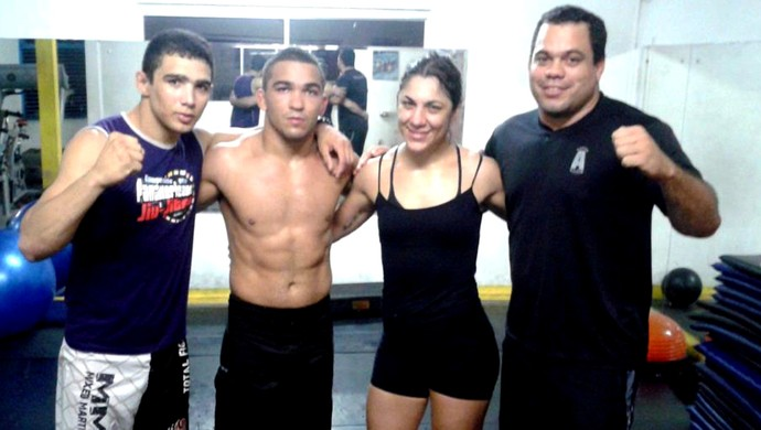 Bethe 'Pitbull' Freire, ao lado dos lutadores Patricio 'Pitbull' Freire, Leandro Higo e do treinador Mário Novaes (Foto: Arquivo Pessoal)