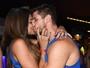 O amor é lindo! Ex-BBB Jonas e Mari Gonzalez beijam muito em camarote