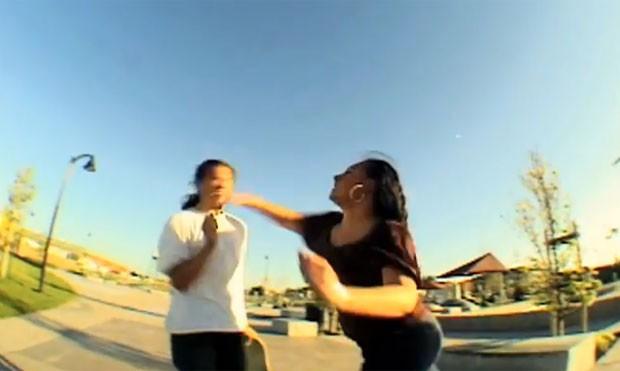 Skatista apanhou de uma mãe depois que derrubou um menino em um parque da Califórnia (Foto: Reprodução/YouTube/ColdGravy112233)