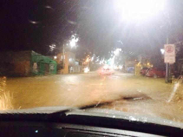 Alagamentos subiram rapidamente devido ao excesso de chuva (Foto: Fabian Londero/RBS TV)