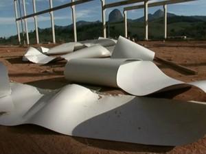 No local da queda, telhas retorcidas ficaram espalhadas pelo chão (Foto: Reprodução / TV Gazeta Sul)