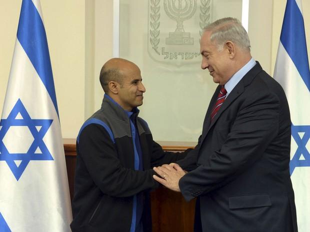 O primeiro-ministro de Israel, Benjamin Netanyahu, cumprimenta Ouda Tarabin, acusado de espionagem pelo Egito, durante encontro em Jerusalém, na quinta (10) (Foto: Reuters/Haim Zach/Handout via GPO)