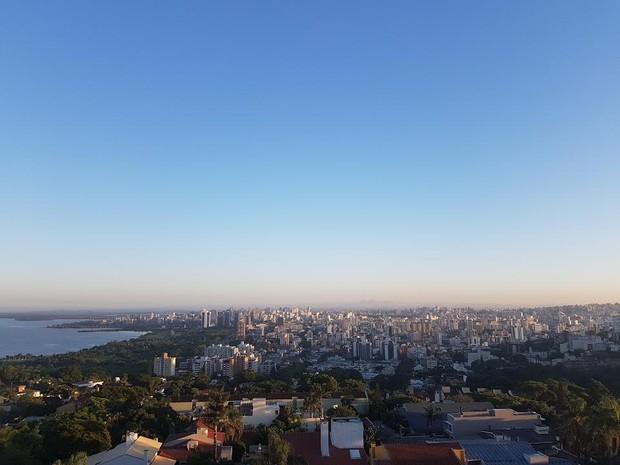 Terça-feira (7) amanhece sem nuvens em Porto Alegre (Foto: Igor Grossmann/G1)