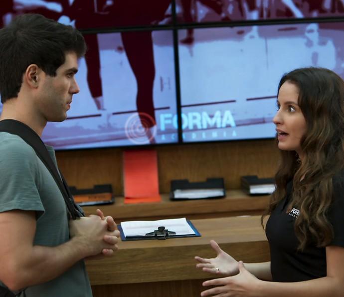 Nanda dá desculpa esfarrapada e Rômulo desabafa (Foto: TV Globo)