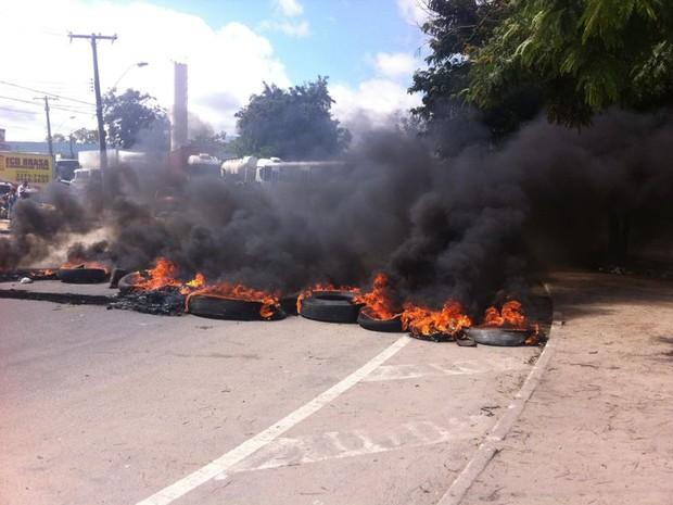 Manifestantes atearam fogo a pneus para bloquar rodovia (Foto: Fabiana De Mutiis/G1)