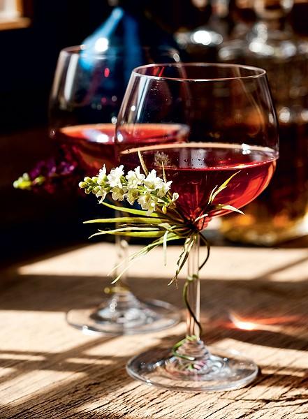 Quer uma taça cheia de bossa? Basta enrolar o talo de uma flor artificial na haste do copo. A escolha aqui foi lavanda (Foto: Ricardo Corrêa/Casa e Comida)