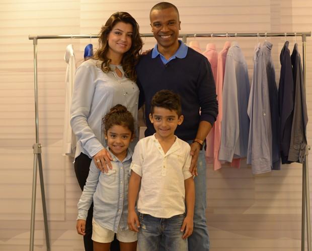 Alexandre com a mulher Sara e os dois filhos: Arthur e Júlia (Foto: Camila Serejo / Gshow)