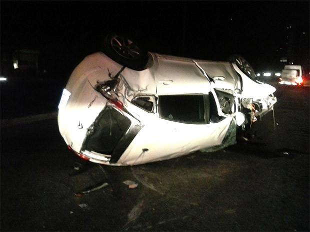 Carro capotou após o motorista perder a direção do veículo e bater em um poste  (Foto: Divulgação/PM)