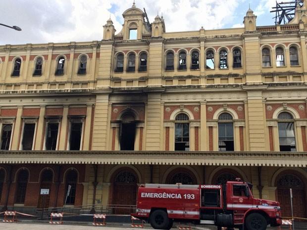 Incêndio começou na sala onde fica esta janela do primeiro andar do Museu da Língua Portuguesa (Foto: Karina Godoy/G1)