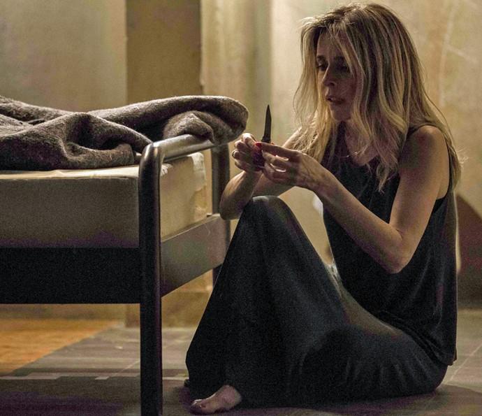 Kiki esconde uma faca para esperar Zé Maria (Foto: Inácio Moraes/ Gshow)