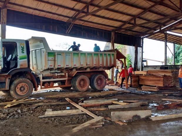 Serraria foi embargada pelo Ibama por atuação ilegal e madeira apreendida foi encaminhada à Prefeitura de Medicilândia. (Foto: Divulgação/Ibama)