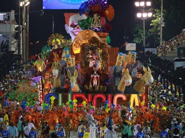União do Parque Curicica - A escola abre o segundo dia de desfiles na Série A (Foto: G1/Rodrigo Gorosito)