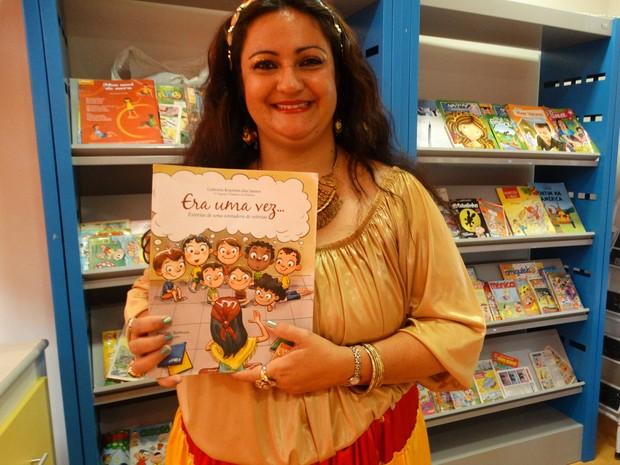 A Cigana contadora de histórias com o livro Era uma vez..., lançado em 2014 (Foto: Joalline Nascimento/ G1)