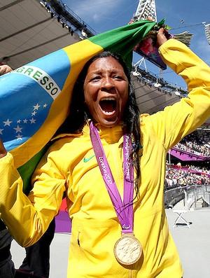 Shirlene Coelho comemora o ouro na prova de lançamento de dardo (Foto: Patrícia Santos / CPB)
