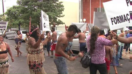 Moradores de Tamarana protestam contra corrupção, em frente ao MP-PR