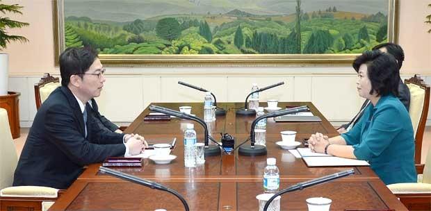 Chefe da delegação norte-coreana, Kim Song-hye (à direita) conversa com o seu homólogo sul-coreano Chun Hae-Sung (à esquerda) durante as negociações em nível de trabalho sobre as Coreias (Foto: Ministério da Unificação sul-coreano/ HO/ AFP)