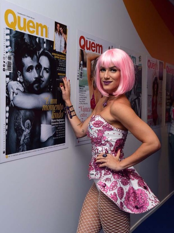 Giovanna Ewbank foi de peruca rosa e meia arrastão no camarote Quem/O Globo (Foto: Editora Globo/ Quem )