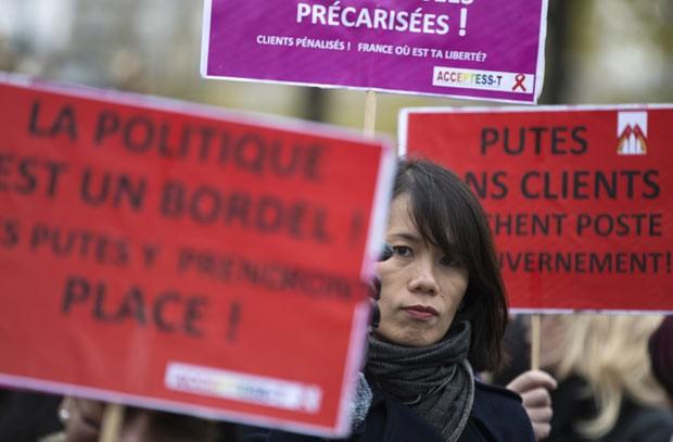 Mulheres protestam contra a nova lei, nesta quinta-feira (29), em Paris (Foto: Joel Saget/AFP)