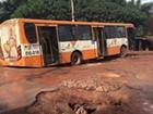 Ônibus fica preso em cratera no bairro do Maracanã, em São Luís