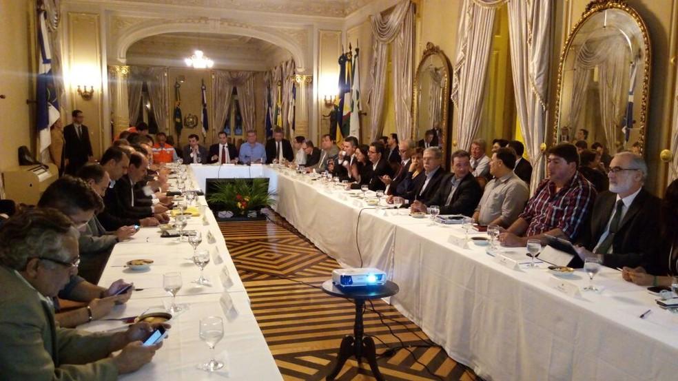 Secretários estaduais estiveram reunidos com o governador Paulo Câmara para discutir estratégias de ajuda à população prejudicada pela enchente na Mata Sul (Foto: Marina Meireles/G1)